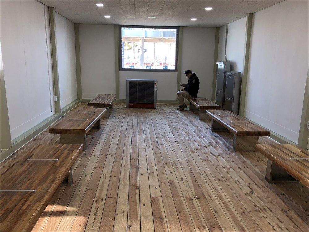 JINBU駅の待合室