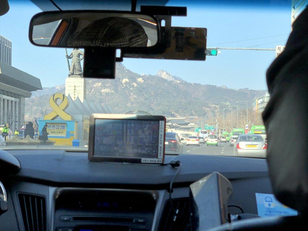 タクシーからの北岳山(プガッサン)