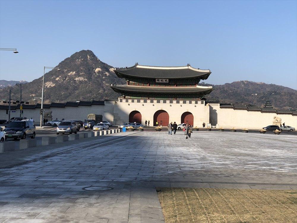 光化門と北岳山(プガッサン)