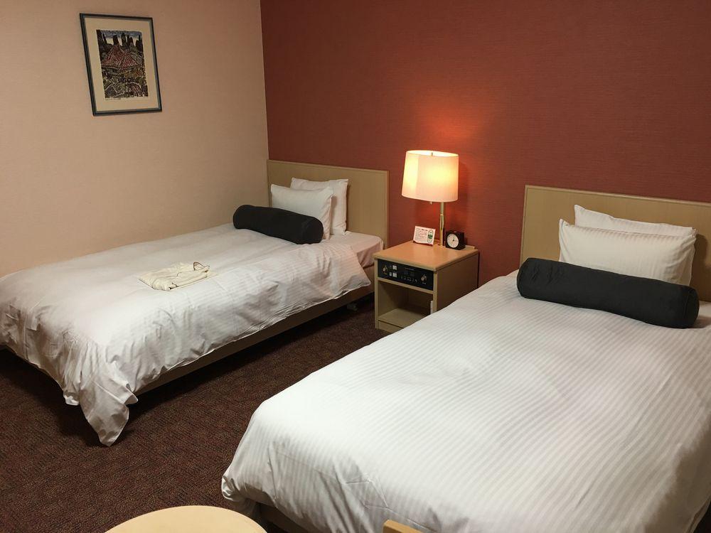 リッチモンドホテル那覇久茂地のツインルーム(バリアフリー)ベッド側