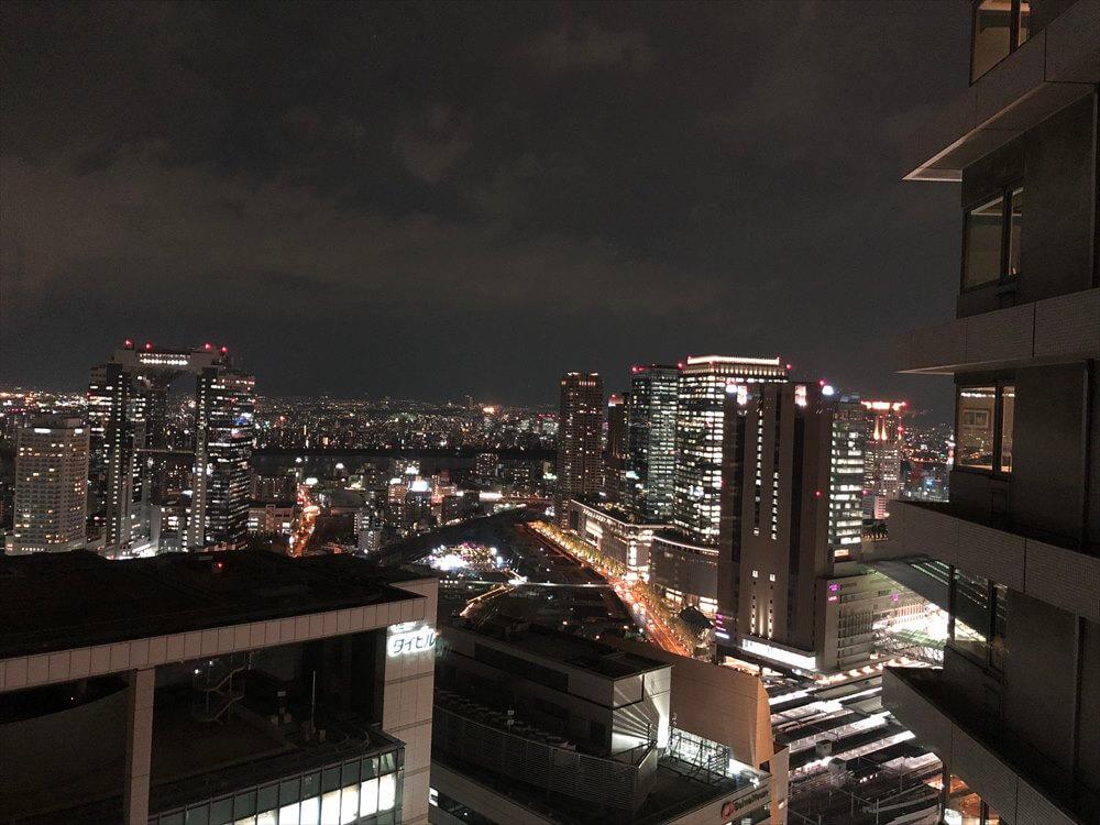 リッツカールトン大阪のジュニアスイートルームからの眺め(夜景)
