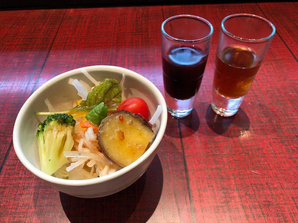 リッツカールトン京都の「水暉」のジュースとサラダ