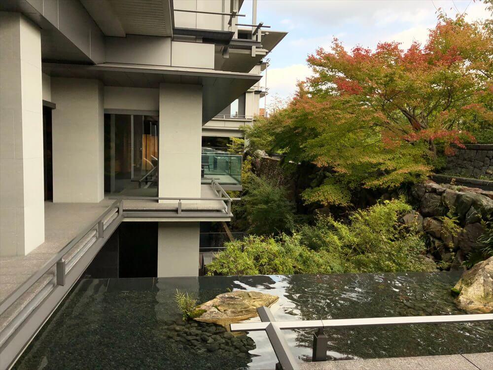 リッツカールトン京都の中庭の紅葉1