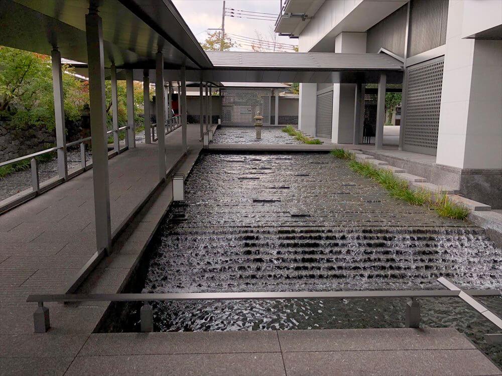 リッツカールトン京都の中庭の紅葉2