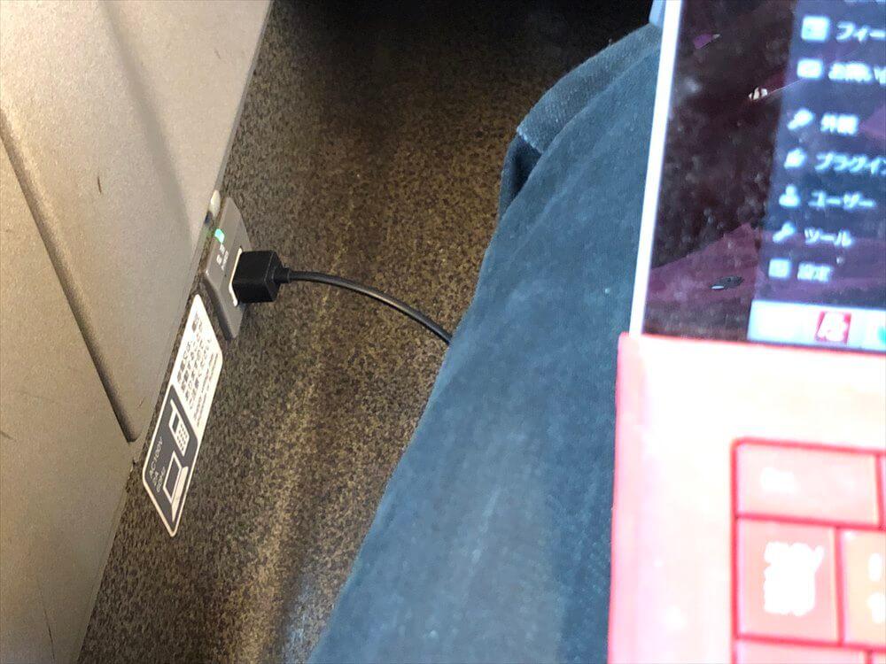 新幹線の電源でSurface Pro 3に給電
