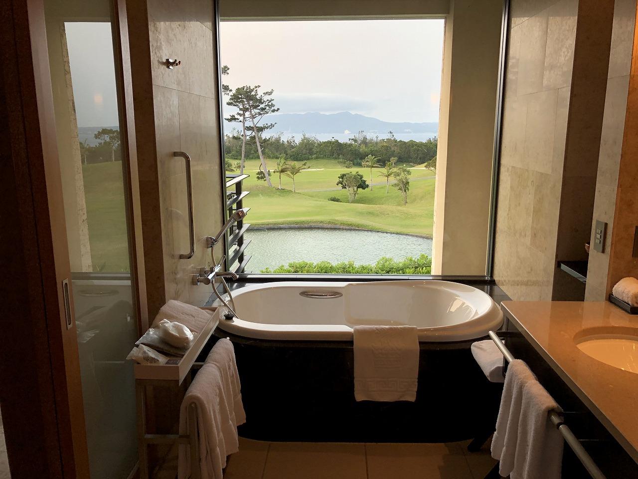 リッツカールトン沖縄のデラックスルームの風呂からの眺め