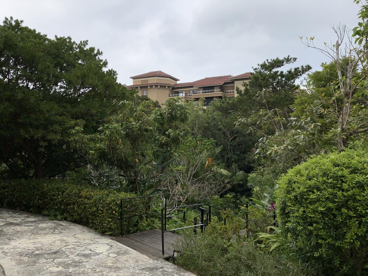 リッツカールトン沖縄の本館と別館を繋ぐ通路1