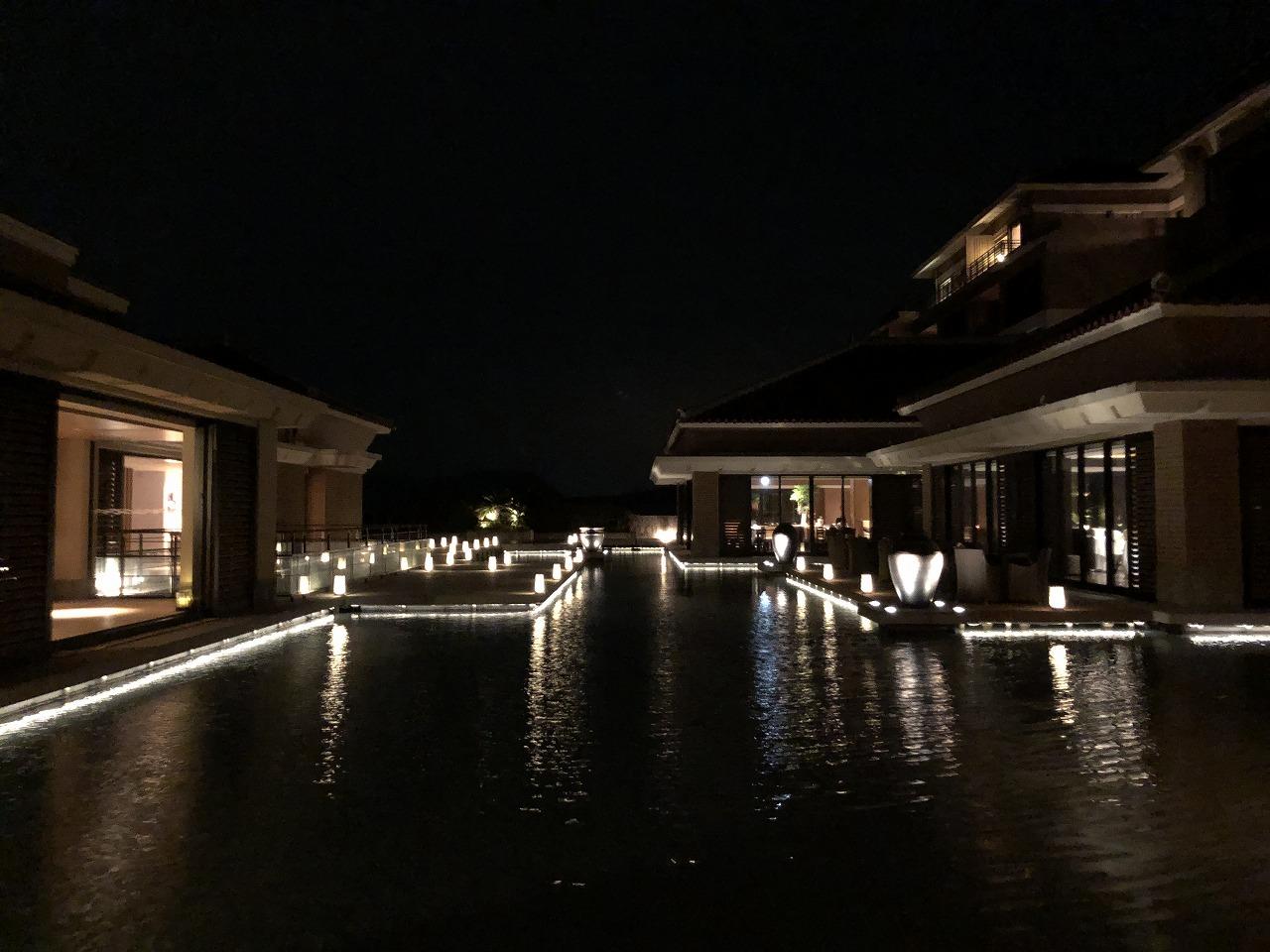 夜のリッツカールトン沖縄の水盤