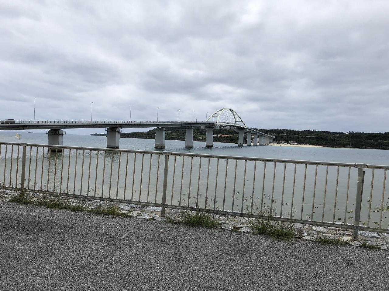 瀬底島につながる橋