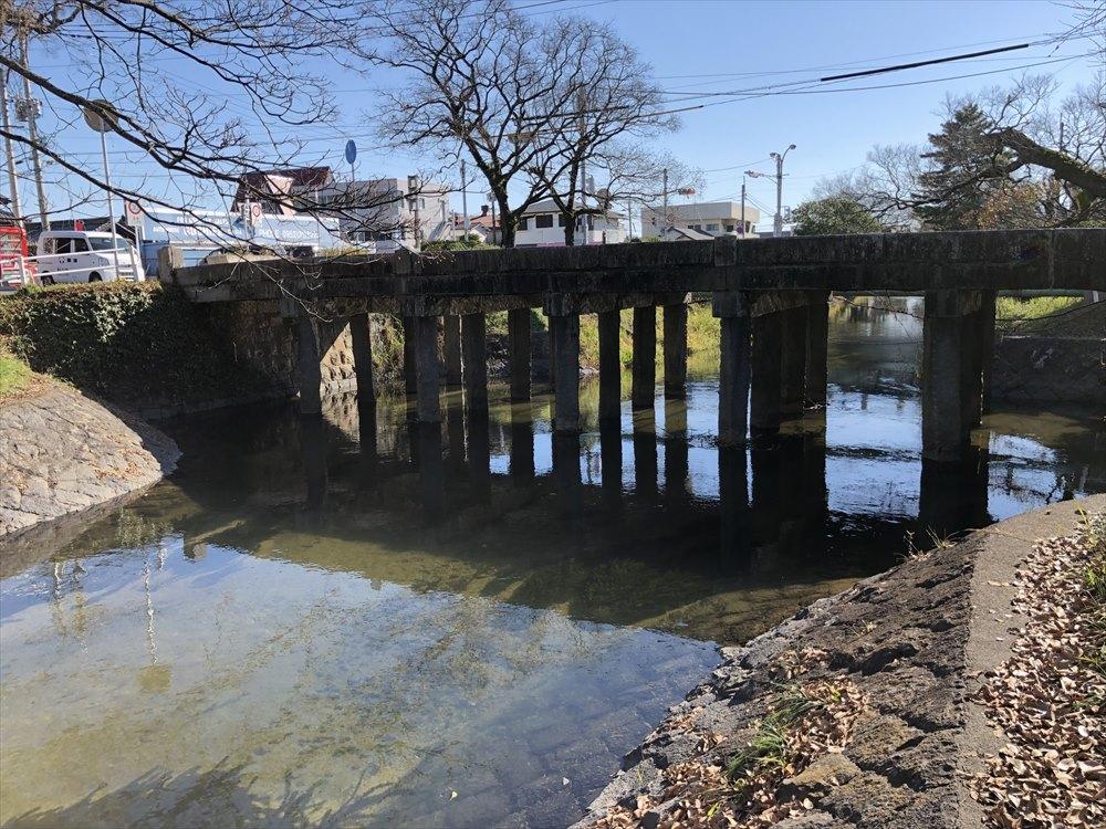 神野公園の前の多布施川