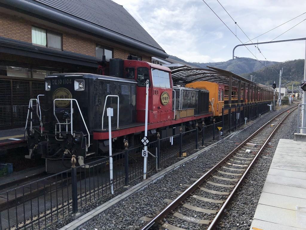嵯峨嵐山駅に停車中のトロッコ列車