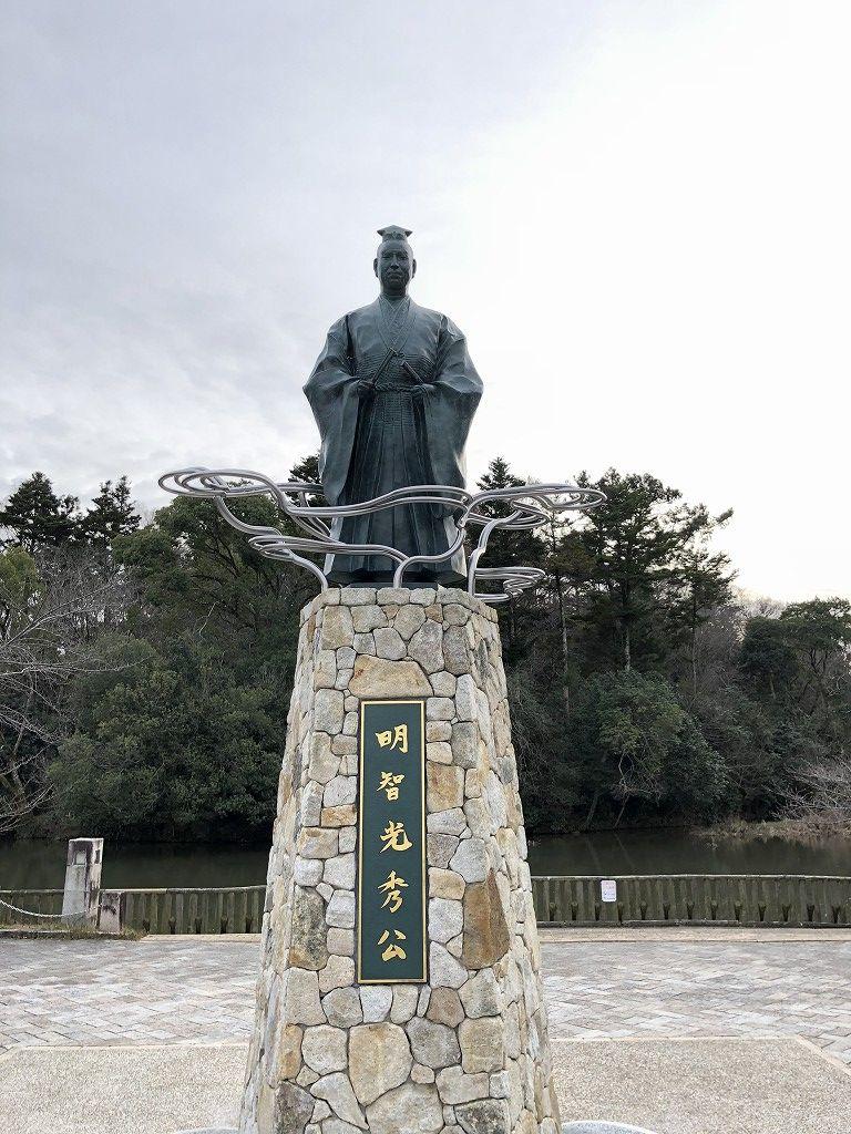 南郷池の明智光秀像