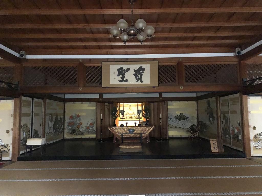 朝8時の天龍寺の多宝殿