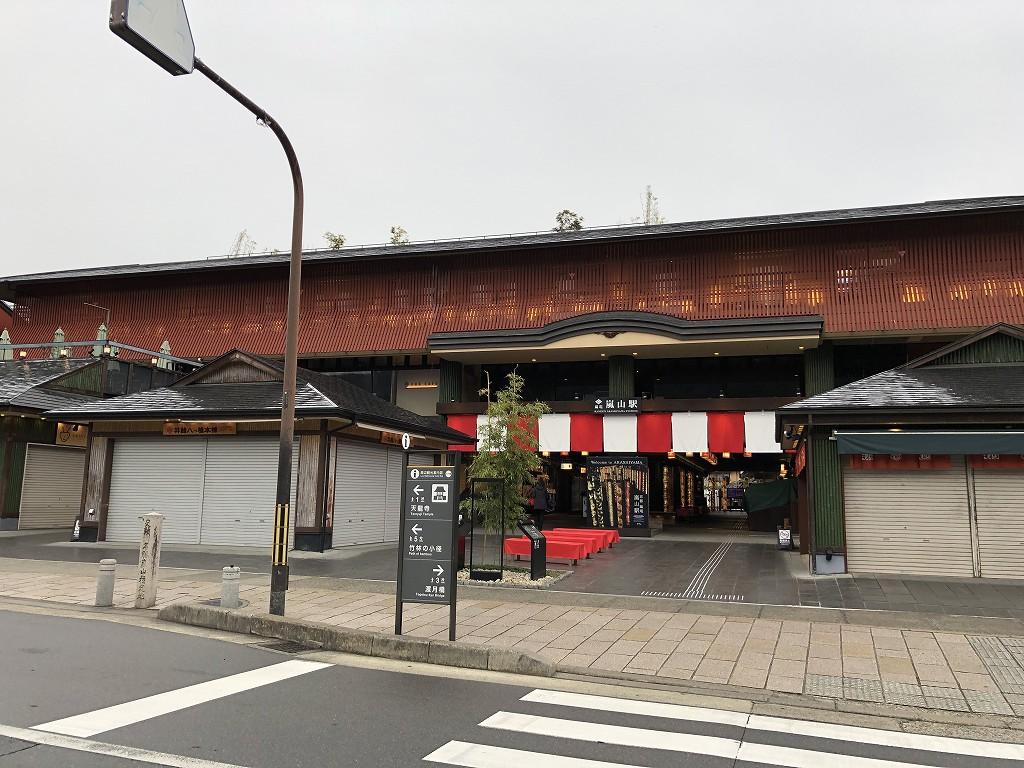 朝9時の嵐電嵐山駅1