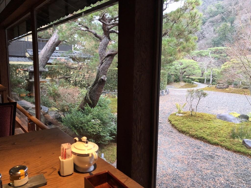 翠嵐ラグジュアリーコレクションホテル京都の朝食会場からの中庭