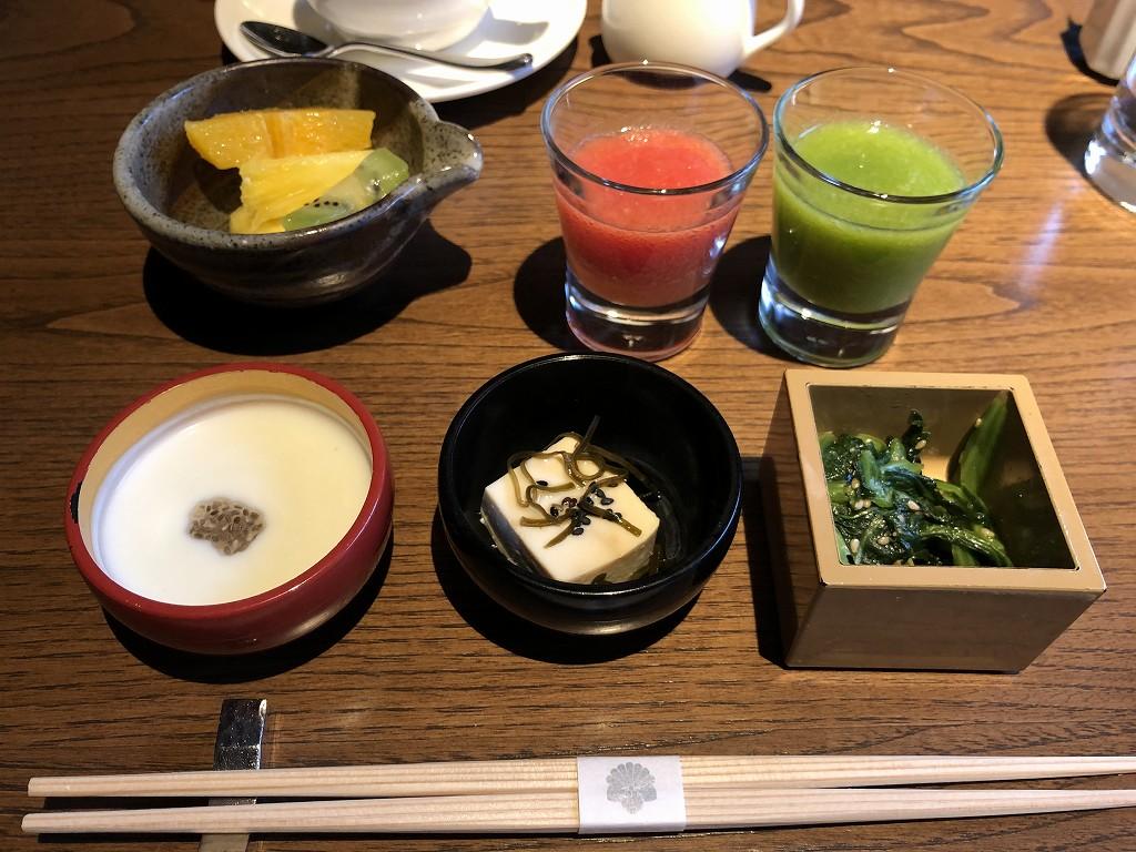 翠嵐ラグジュアリーコレクションホテル京都の朝食のジュースと小鉢