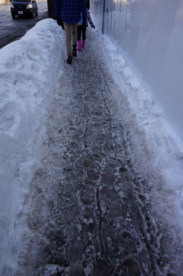札幌の雪の歩道画像