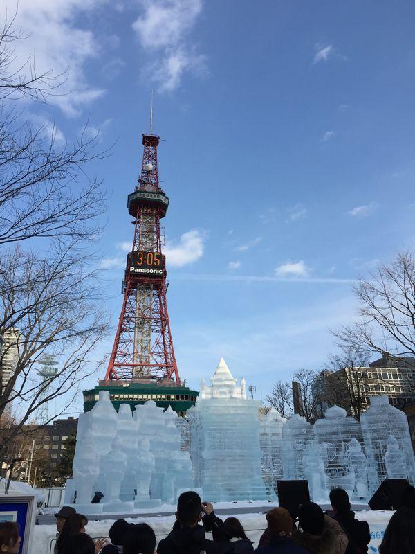 氷像「おもちゃの街」とテレビ塔画像