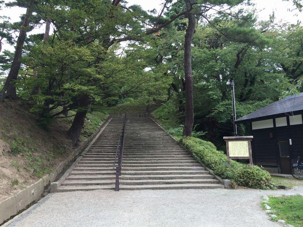 久保田城御隅櫓への階段