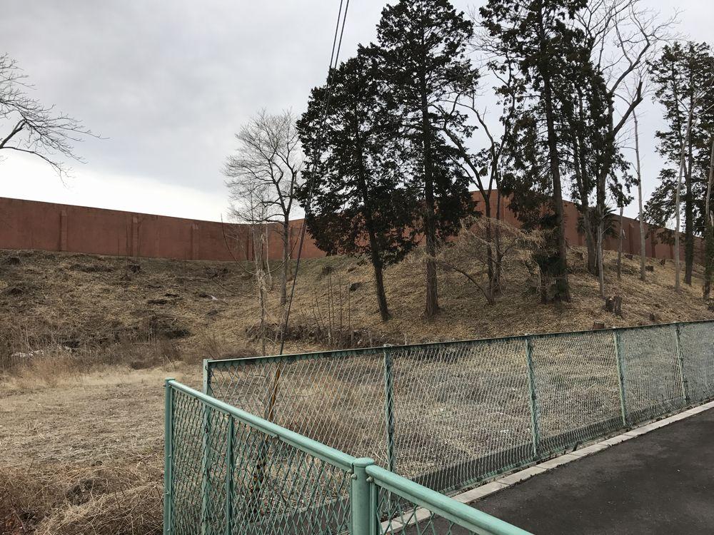 宮城刑務所の東側の土塁1