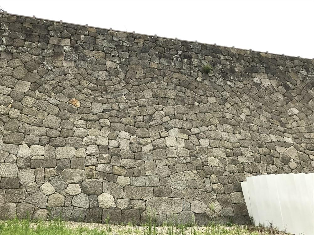 白河小峰城の石垣の同心半円型落とし積み