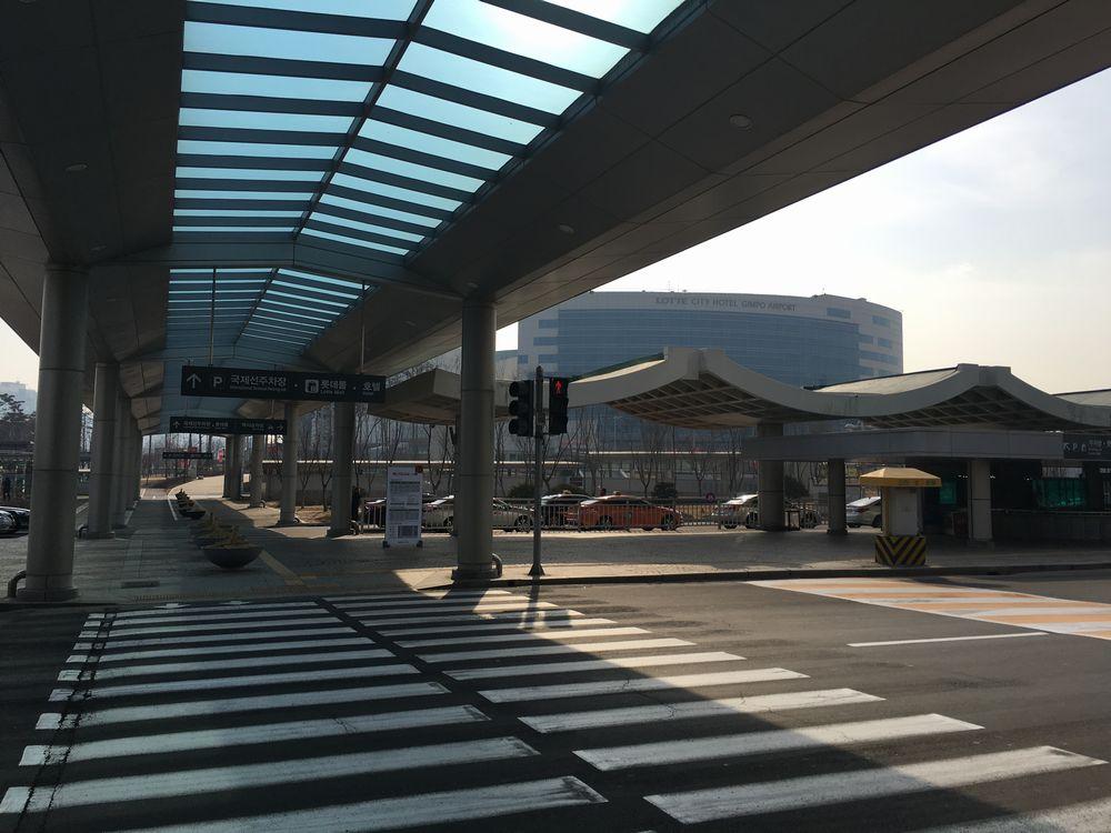 金浦国際空港のタクシー乗り場へ