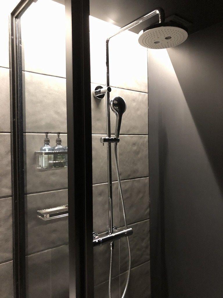 sequence KYOTO GOJOのツインルームのトイレとシャワーブース