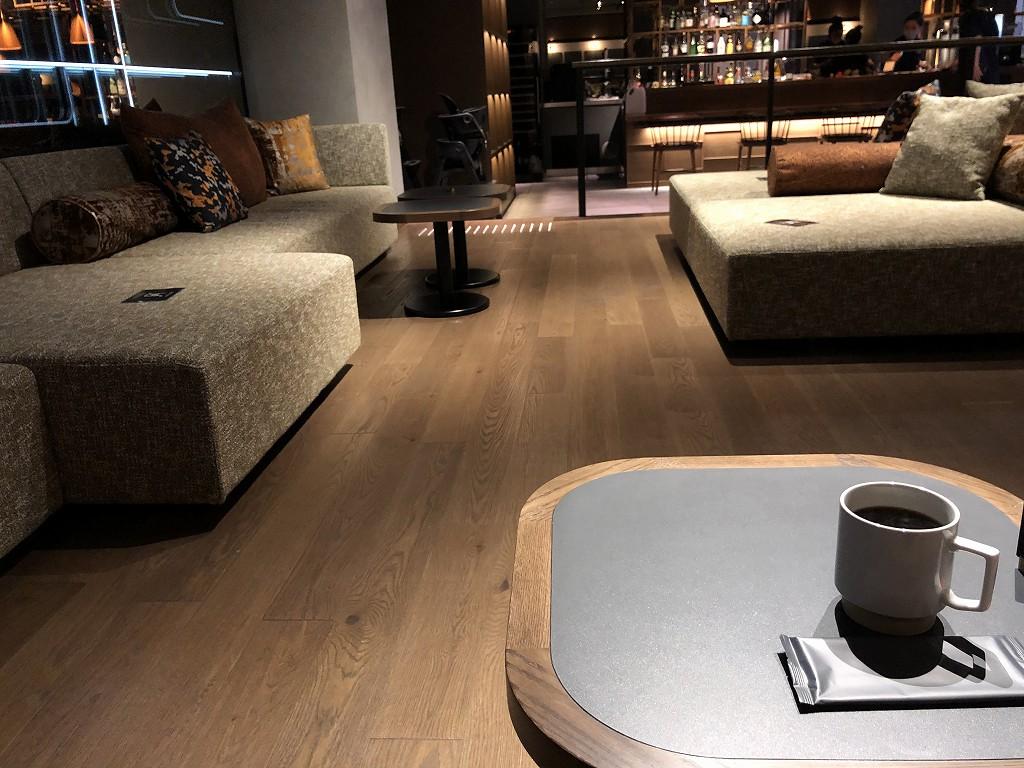 sequence KYOTO GOJOの「THE TASTE」のソファでコーヒー
