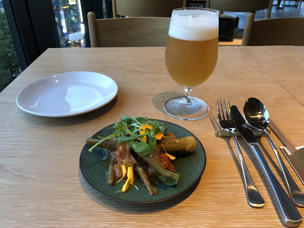 Dongxi Restaurantのオリジナルクラフトビールと島オクラとトマトのマリネ