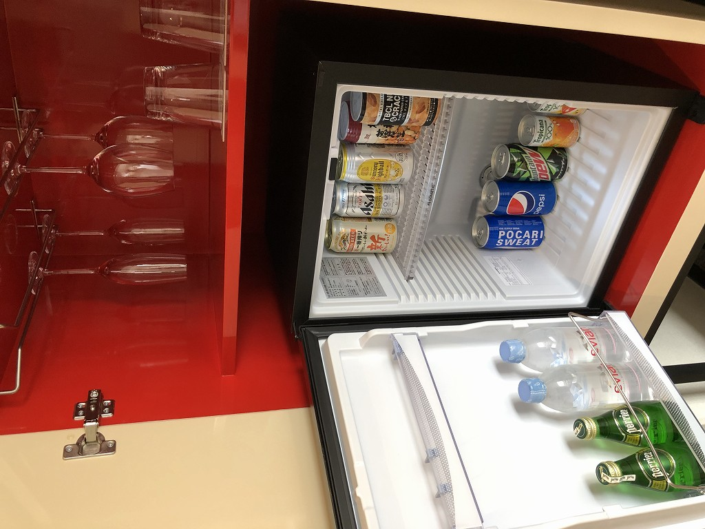 シェラトン都ホテル東京 プレミアムフロア スーペリアの冷蔵庫とグラス