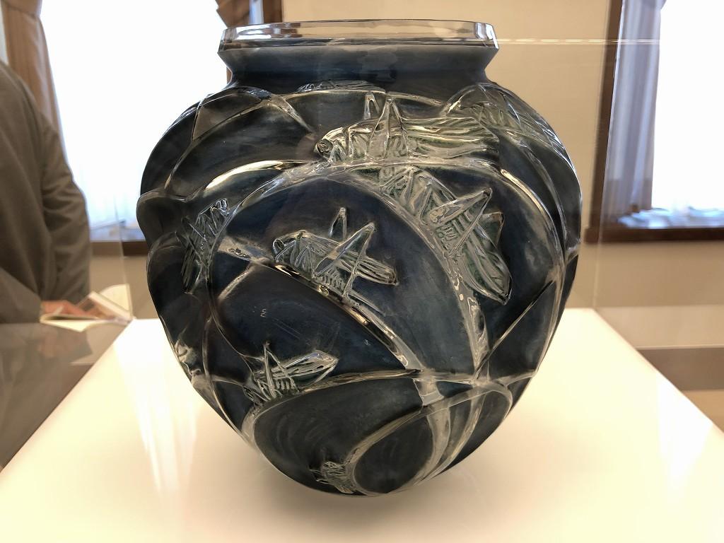 東京都庭園美術館のルネ・ラリックの花瓶「バッタ」