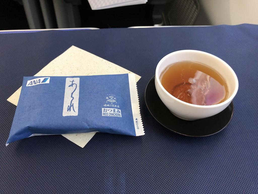 ANA861便ビジネスクラスのほうじ茶