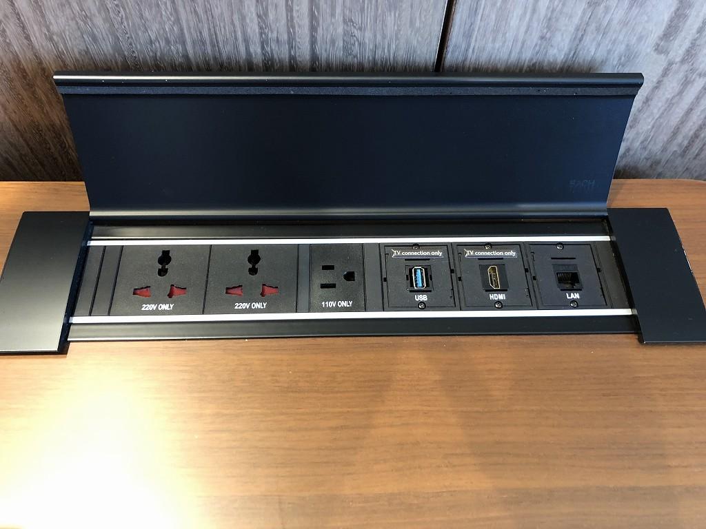 シグニエルソウルのデラックススイートルームのデスクの電源
