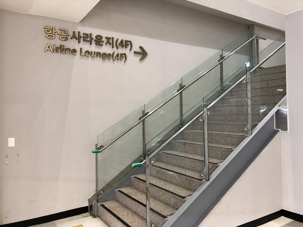 ソウル金浦空港のアシアナラウンジへの階段