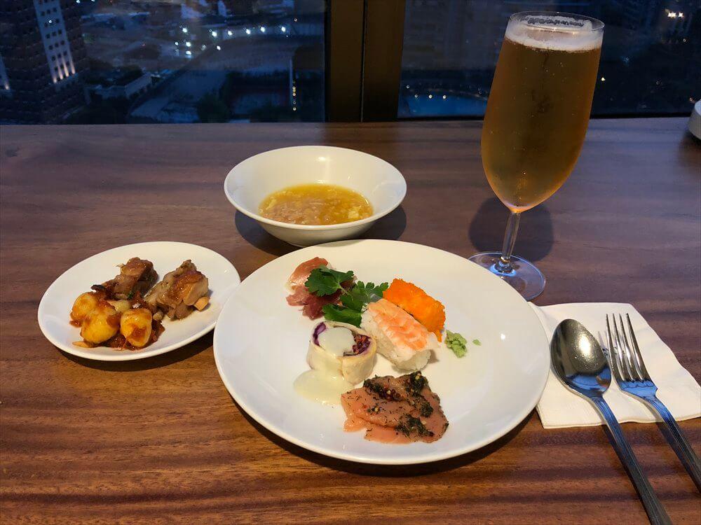 シンガポール マリオット タン プラザ ホテルのラウンジのカクテルタイムに晩飯