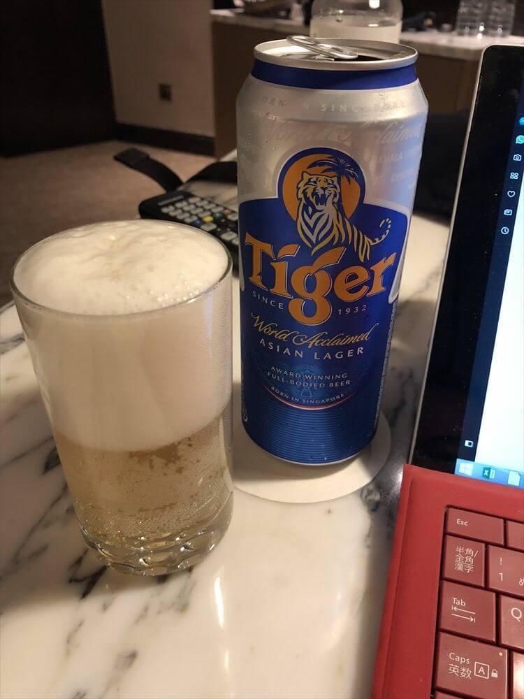 ホテルの部屋でタイガービール