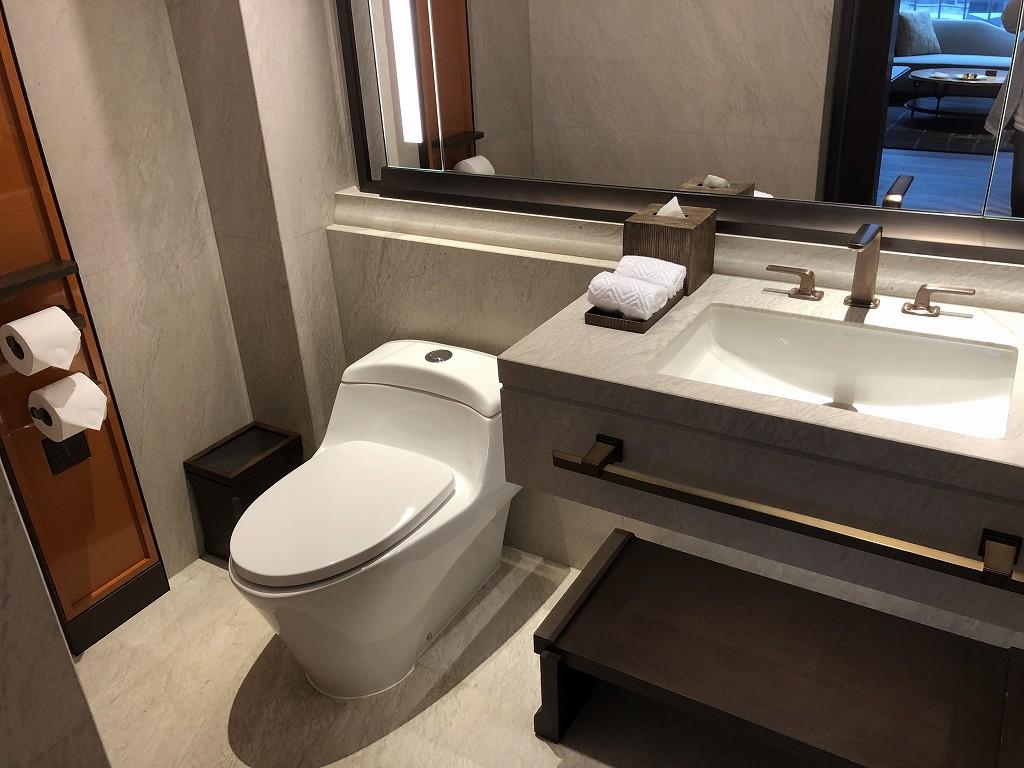 セントレジス香港のメトロポリタンスイートのリビング側のトイレ