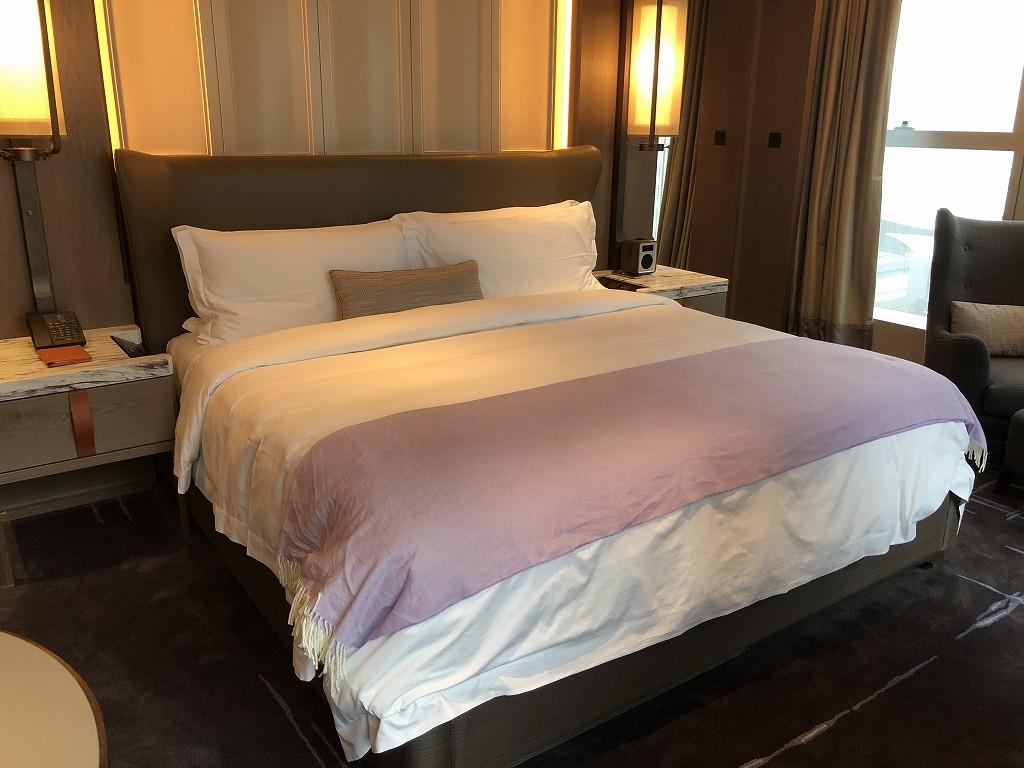 セントレジス香港のメトロポリタンスイートのベッドルーム2