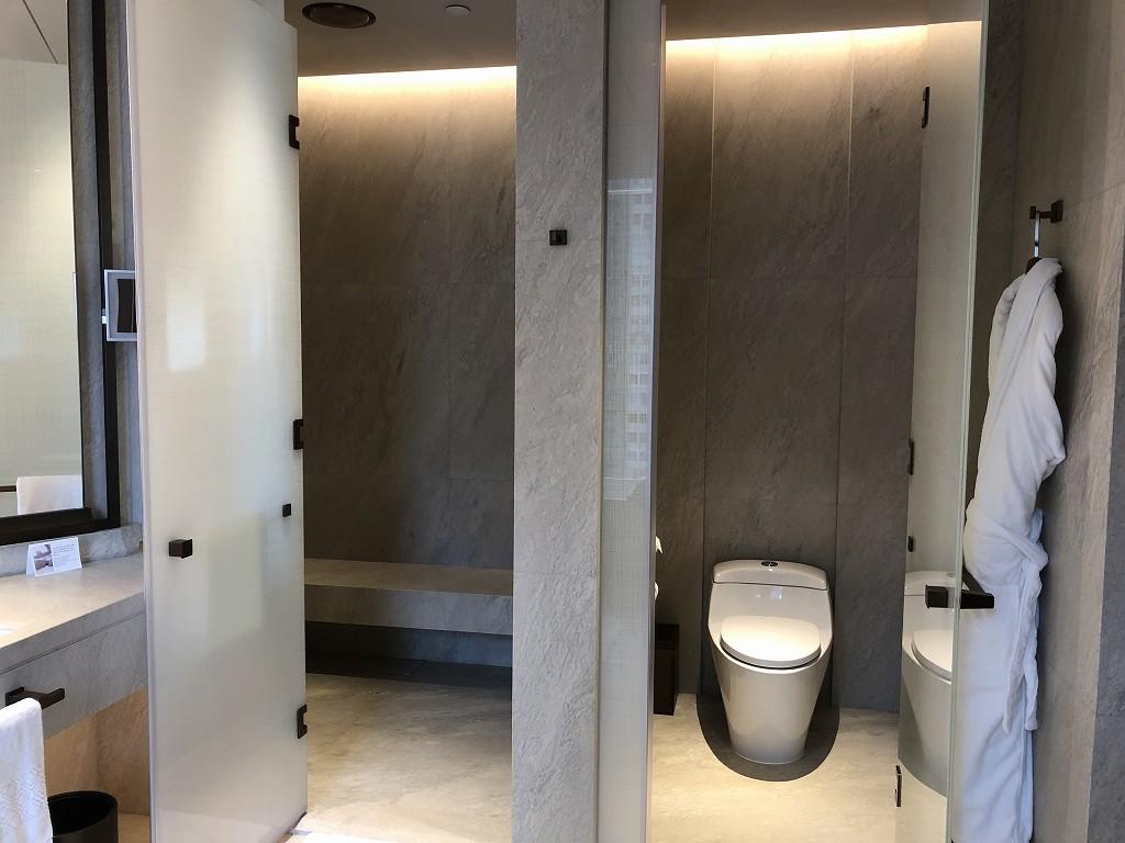 セントレジス香港のメトロポリタンスイートのトイレとシャワールーム