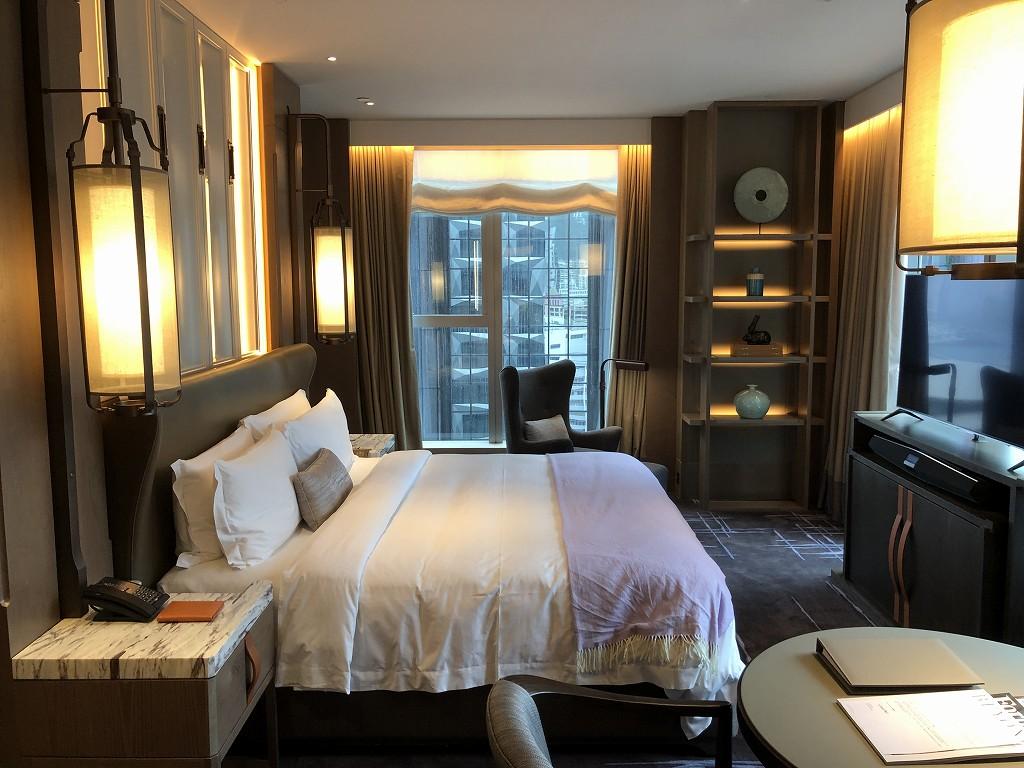 セントレジス香港のメトロポリタンスイートのベッドルーム1