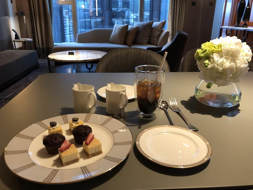 セントレジス香港のアイスコーヒーとウェルカムケーキ