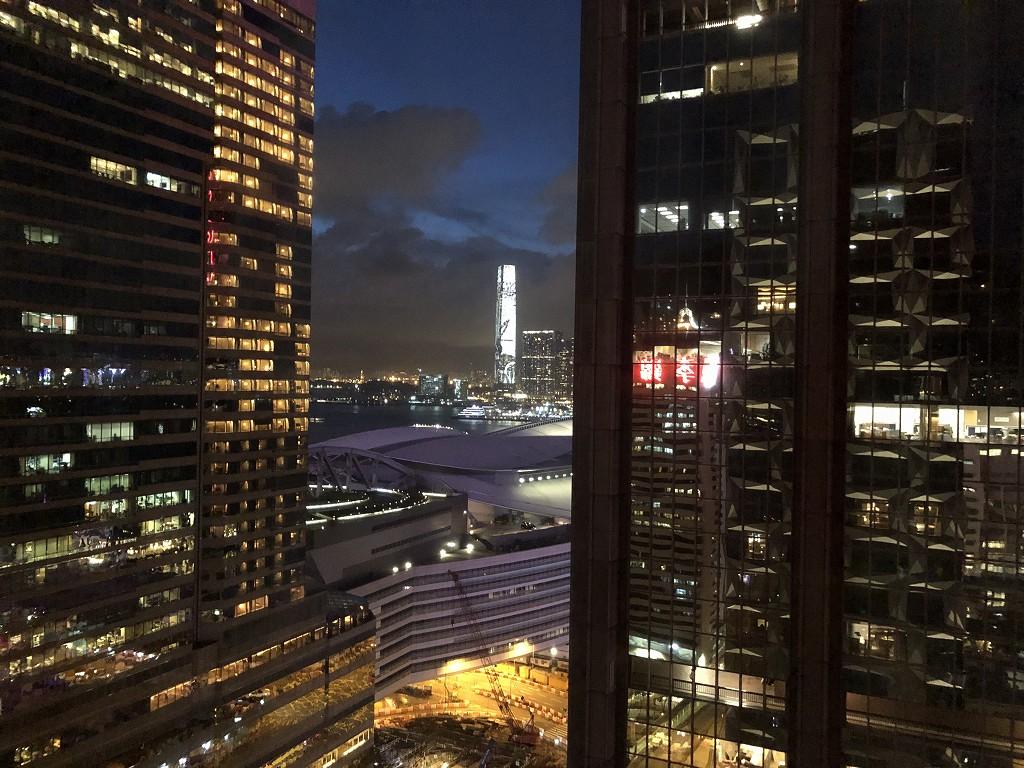 セントレジス香港のトロポリタンスイートからの眺め(夜)