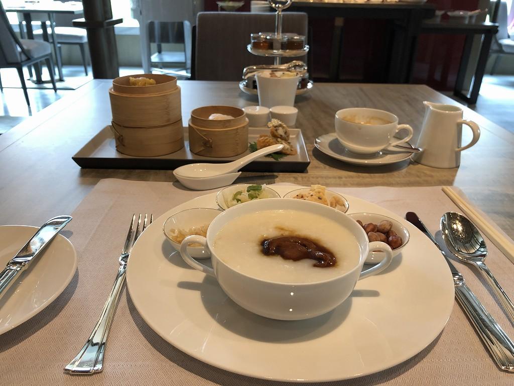 セントレジス香港の「RUN」での朝食のあわび入のおかゆ