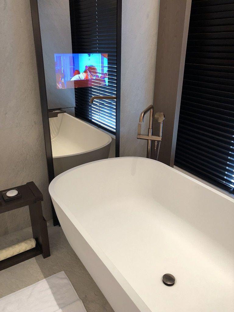 セントレジス香港のメトロポリタンスイートのお風呂のテレビ