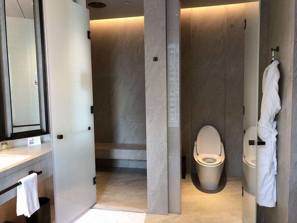 セントレジス香港のメトロポリタンスイートのシャワールーム(昼間)