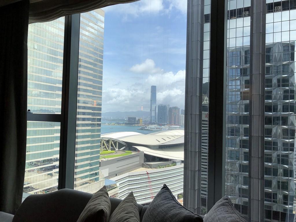 セントレジス香港のメトロポリタンスイートのリビングルーム(昼間)からの眺め