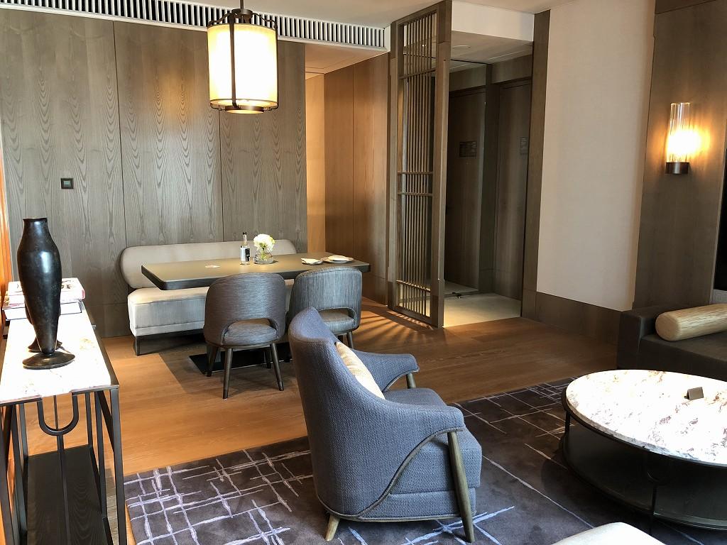 セントレジス香港のメトロポリタンスイートのリビングルーム(昼間)2