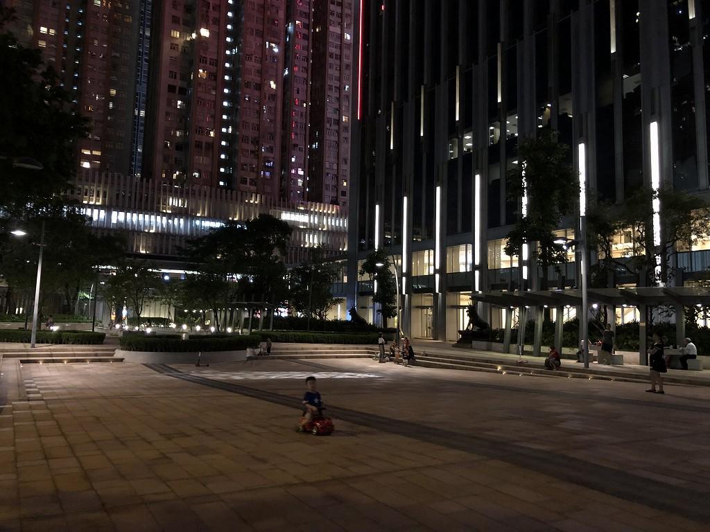 セントレジス香港の前の公園(夜)