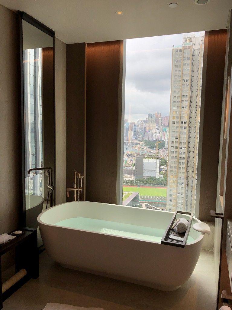 セントレジス香港のメトロポリタンスイートのバスタブのお湯はり