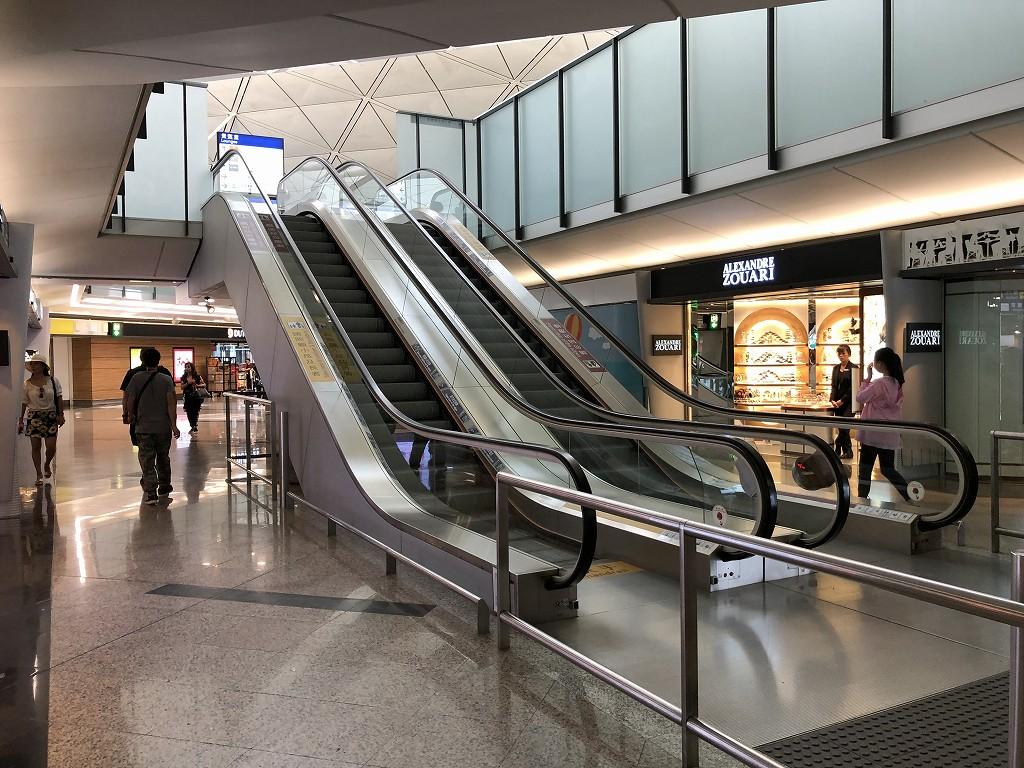 香港空港の60番搭乗口付近のエスカレーター